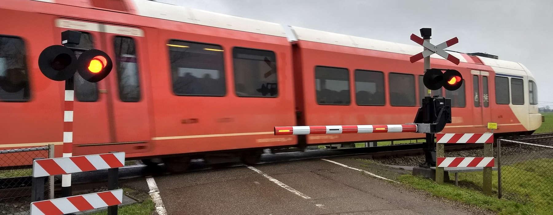 Nijs FNP - Ferfier yn Fryslan - Reade Arriva trein